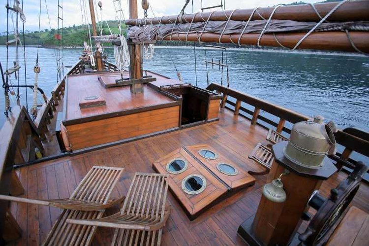 Up to 12 persons can enjoy a ride on this Sloop boat