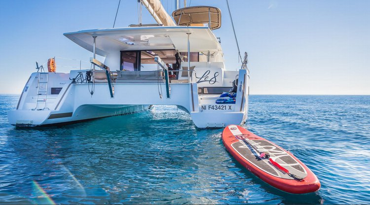 Discover Côte D'Azur surroundings on this Helia 44 Fountaine Pajot boat