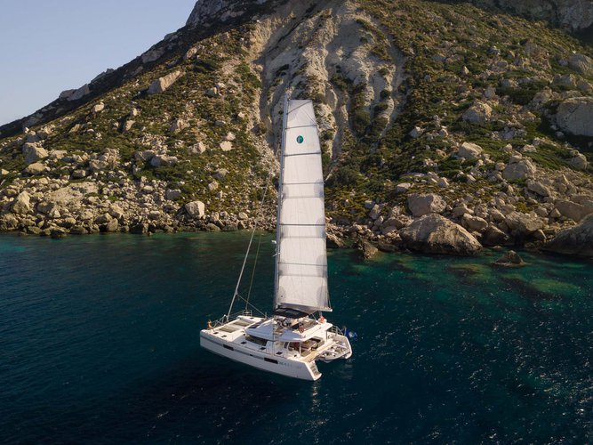 This 52.0' Lagoon cand take up to 12 passengers around Balearic Islands