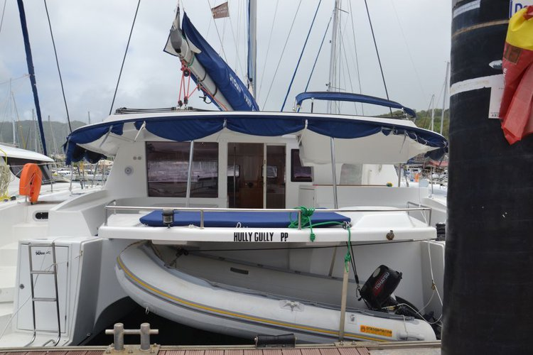 This 47.0' Salina cand take up to 12 passengers around Placencia