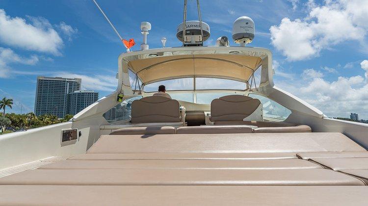This 60.0' ALFAMARINE cand take up to 12 passengers around Miami Beach