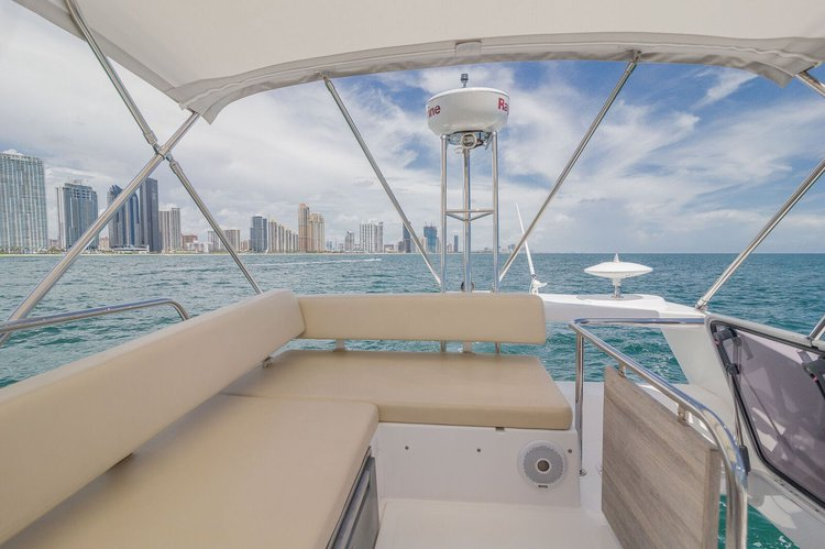 Discover Hollywood surroundings on this 42 AZIMUT boat