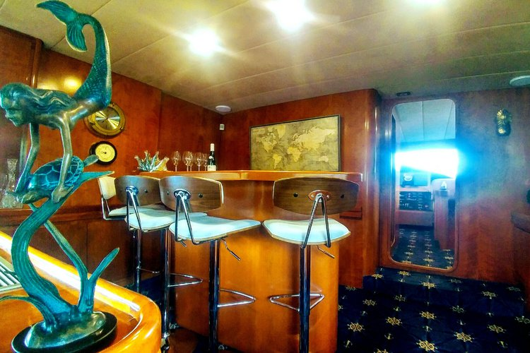 Discover Jersey City surroundings on this Gmx8000 Astondoa boat
