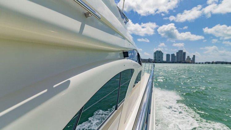 This 58.0' Azimut cand take up to 13 passengers around Miami