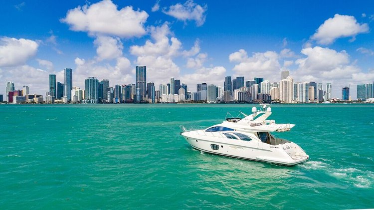 Discover Miami surroundings on this Azimut  Flybridge Azimut boat