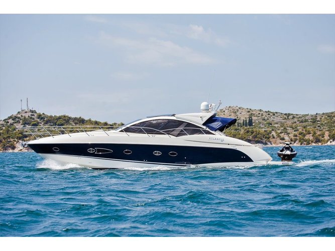 This motor boat charter is perfect to enjoy Šibenik