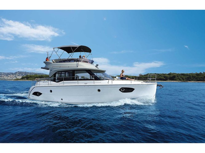 Charter this amazing motor boat in Seget Donji