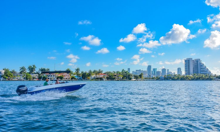 This 18.0' Bayliner cand take up to 8 passengers around Key Biscayne