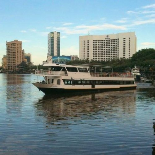 This motor boat rental is perfect to enjoy Kuching