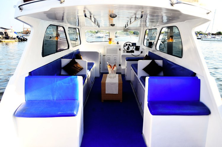 This 39.0' Custom cand take up to 15 passengers around Denpasar