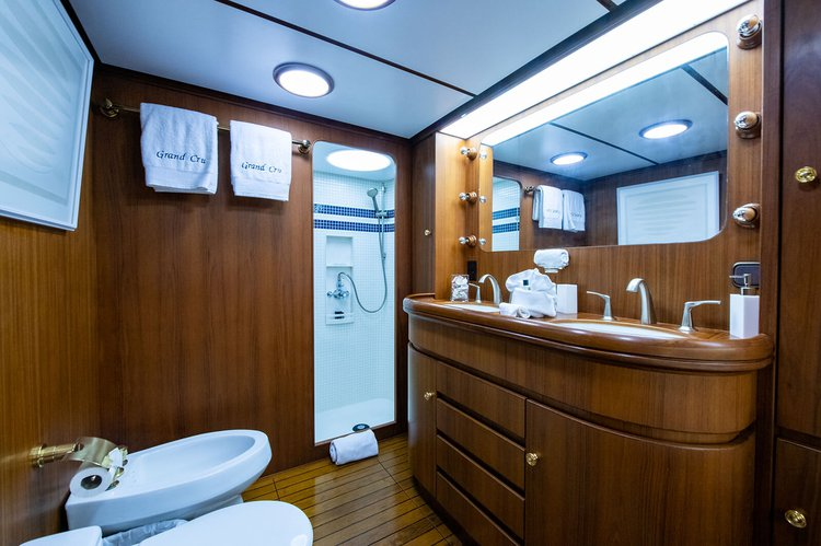 Discover Sag Harbor surroundings on this Custom Custom boat