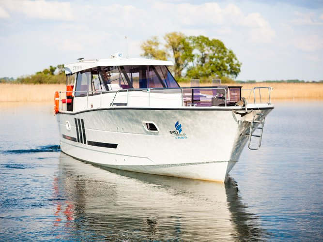 Charter this amazing motor boat in Wilkasy