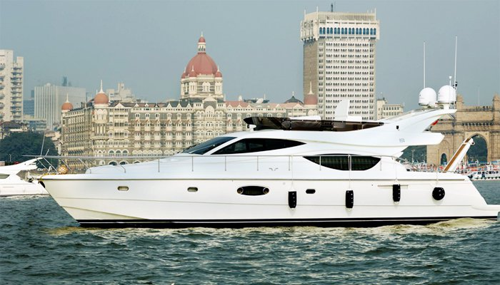 This 55.0' Ferretti cand take up to 20 passengers around Mumbai
