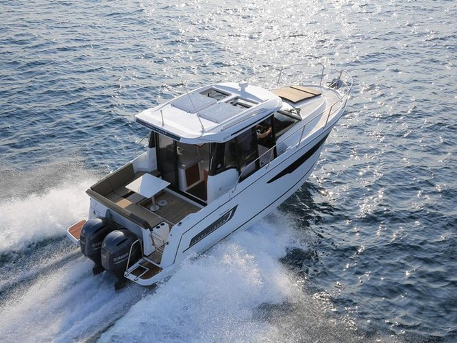 Enjoy luxury and comfort on this Jeanneau Jeanneau Merry Fisher 895 in Split