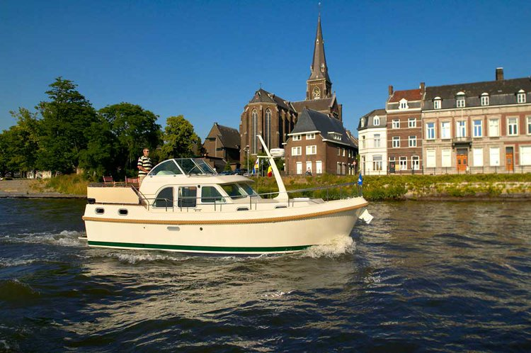 Charter this amazing motor boat in Aalsmeer