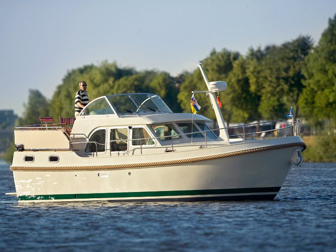 Beautiful Linssen Linssen Grand Sturdy 29.9 AC ideal for cruising and fun in the sun!