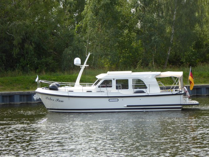 Enjoy Zehdenick, DE to the fullest on our comfortable Linssen Linssen 290 Sedan