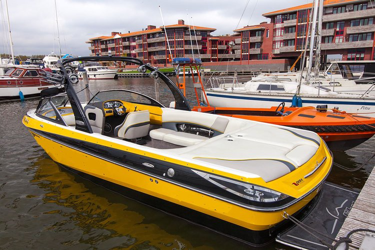 This motor boat rental is perfect to enjoy Biddinghuizen