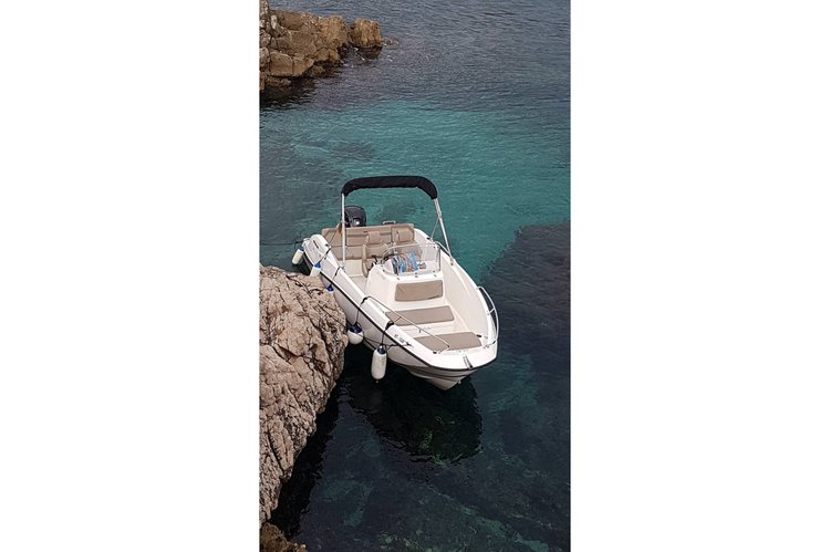 This 20.0' Quick Silver cand take up to 9 passengers around kotor