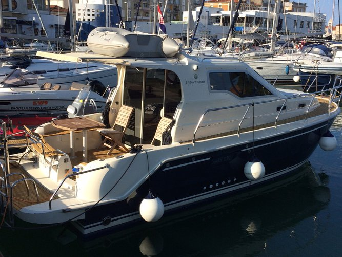 This motor boat charter is perfect to enjoy Zadar