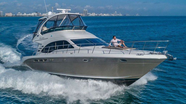 This 52.0' SEA RAY cand take up to 12 passengers around Miami