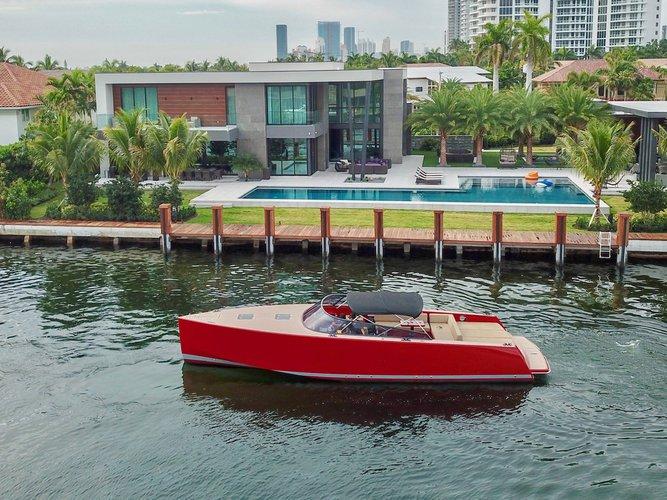 This 40.0' VANDUTCH cand take up to 10 passengers around Miami Beach