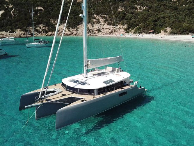 Relax on board our sailboat charter in Sea Cow's Bay
