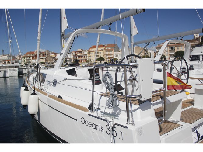 Jump aboard this beautiful Beneteau Oceanis 35.1