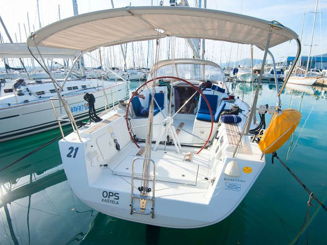 This sailboat charter is perfect to enjoy Kaštel Gomilica