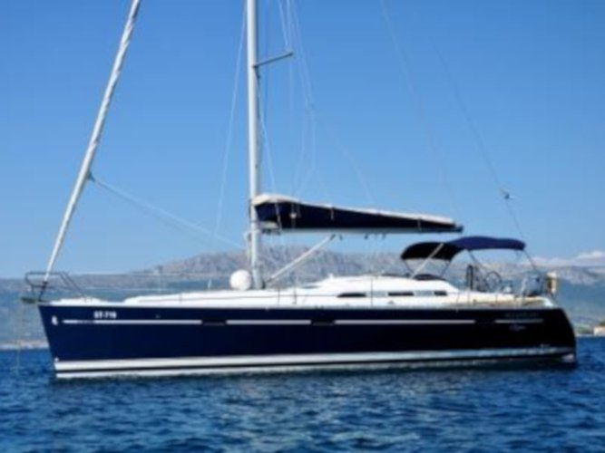 Jump aboard this beautiful Beneteau Oceanis 393 Clipper