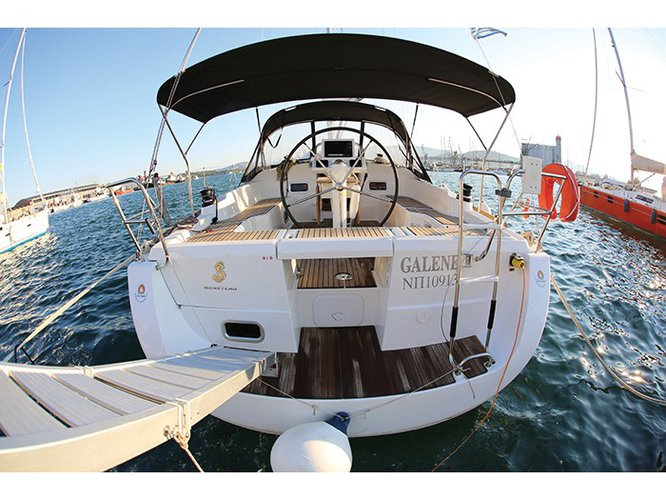 Jump aboard this beautiful Beneteau Oceanis 37