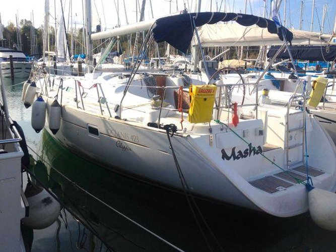 Beautiful Beneteau Oceanis 423 ideal for sailing and fun in the sun!