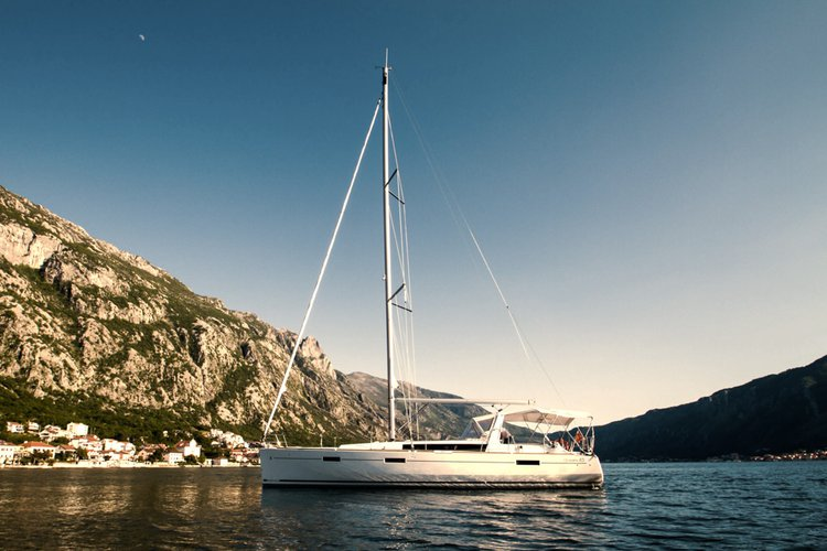 Go on a great nautical adventure on this elegant sail boat