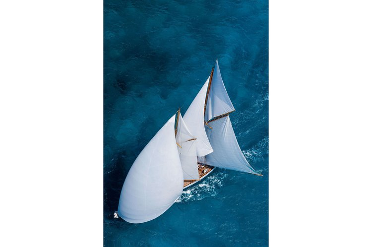 Up to 24 persons can enjoy a ride on this Schooner boat