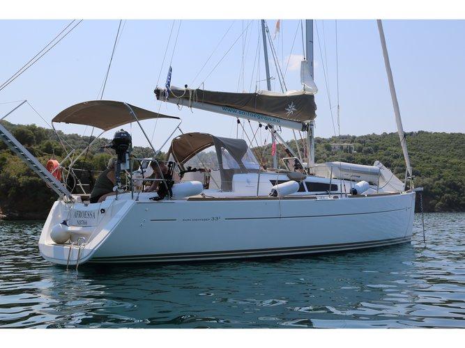 Jump aboard this beautiful Jeanneau Sun Odyssey 33i