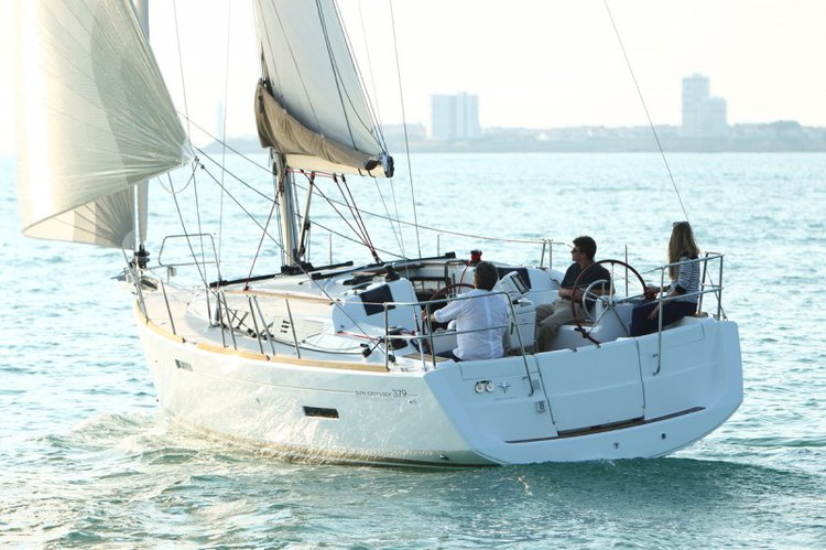 All you need to do is relax and have fun aboard the Jeanneau JEANNEAU SO 379