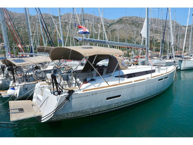 Jump aboard this beautiful Jeanneau Sun Odyssey 419