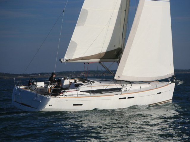 Sail the beautiful waters of Pozzuoli on this cozy Jeanneau Sun Odyssey 439