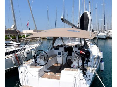 Sail the beautiful waters of Sukošan on this cozy Jeanneau Sun Odyssey 449