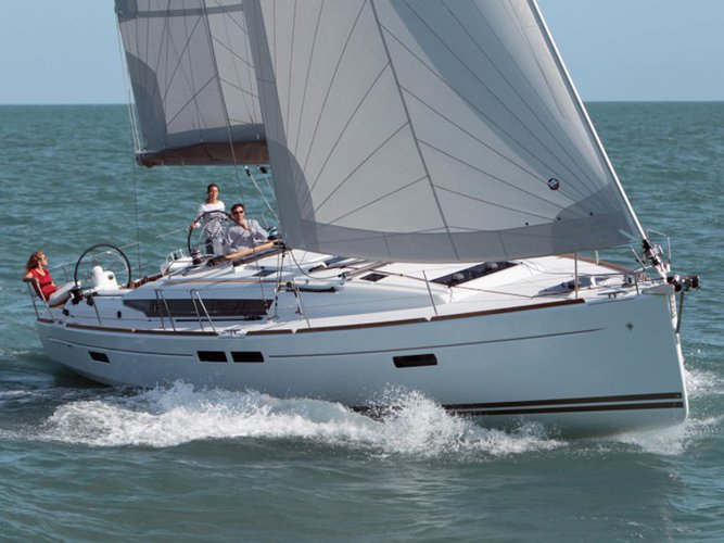 Sail the beautiful waters of Primošten on this cozy Jeanneau Sun Odyssey 469