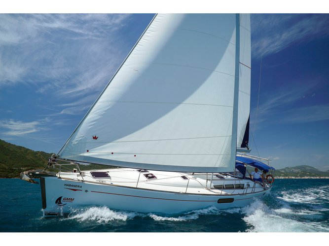 Sail the beautiful waters of Marmaris on this cozy Jeanneau Sun Odyssey 49i