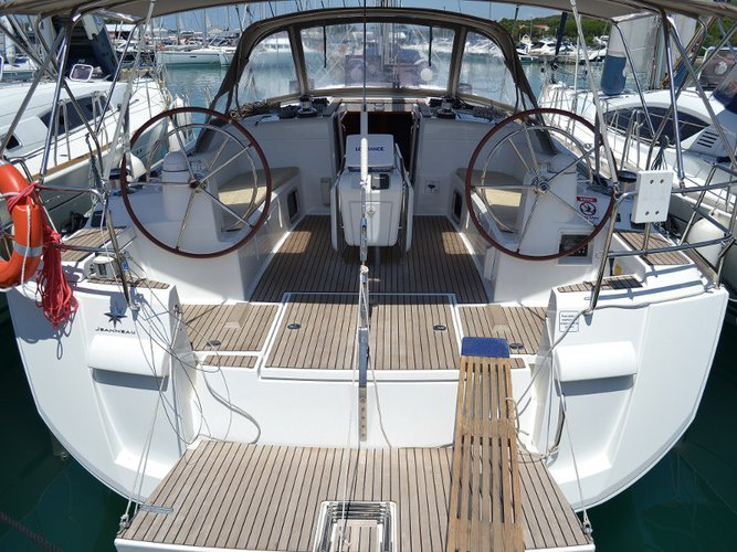 Jump aboard this beautiful Jeanneau Sun Odyssey 509
