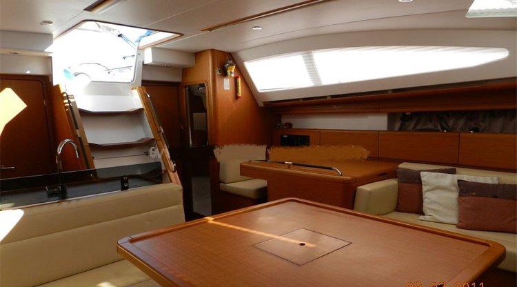 Discover Mumbai surroundings on this Grand 45 Jenneau boat