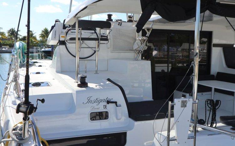 This 42.0' Lagoon cand take up to 9 passengers around Nassau