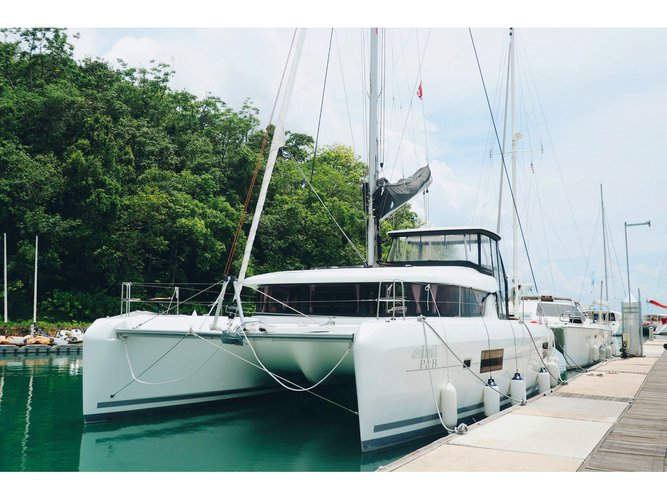 Beautiful Lagoon Lagoon 42 -Owner's Version ideal for sailing and fun in the sun!