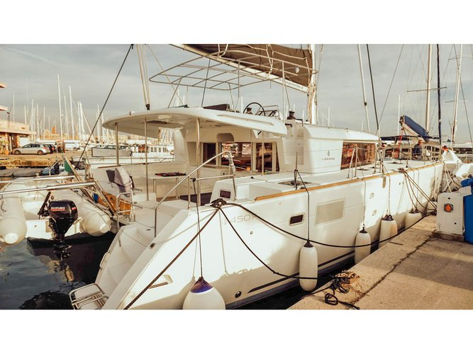 Enjoy luxury and comfort on this Lagoon Lagoon 450 in Rome