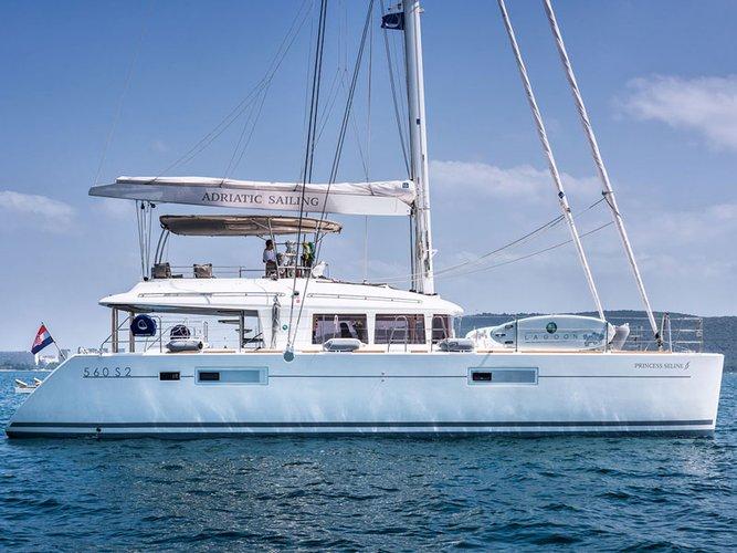 Beautiful Lagoon Lagoon 560 S2 ideal for sailing and fun in the sun!