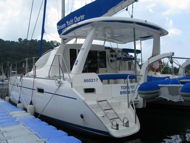 This 37.0' Leopard cand take up to 10 passengers around Raiatea