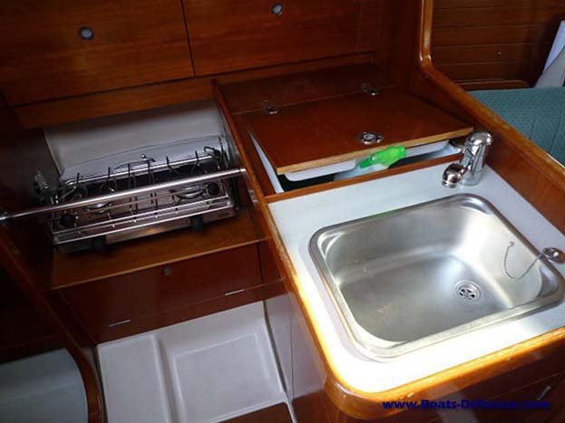Up to 4 persons can enjoy a ride on this Motorsailer boat