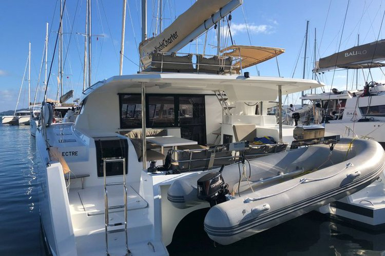 Discover Tortola surroundings on this Fountaine Pajot Saona 47 boat